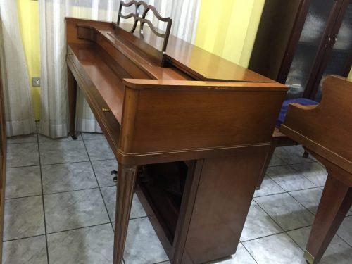 Si eres un pianista, probablemente hayas escuchado mencionar la serie Acrosonic. Procedente de uno de los principales proveedores de pianos (Baldwin), el piano Acrosonic crea un sonido único que lo ha mantenido en uso durante casi 80 años. Ponemos a la venta este lindo Acrosonic Spinet decorado al estilo clásico que está en perfectas condiciones. La serie lo pone con un año de fabricación de cerca de 1960; sin embargo el piano no presenta señas de desgaste ni maltrato, está como nuevo!