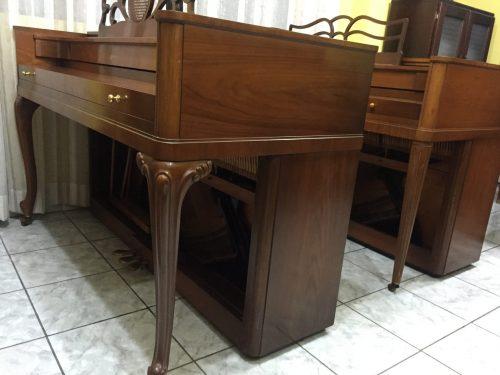 Si eres un pianista, probablemente hayas escuchado mencionar la serie Acrosonic. Procedente de uno de los principales proveedores de pianos (Baldwin), el piano Acrosonic crea un sonido único que lo ha mantenido en uso durante casi 80 años. Ponemos a la venta este lindo Acrosonic Spinet que está en perfectas condiciones. La serie lo pone con un año de fabricación de cerca de 1960; sin embargo el piano no presenta señas de desgaste ni maltrato, está como nuevo!