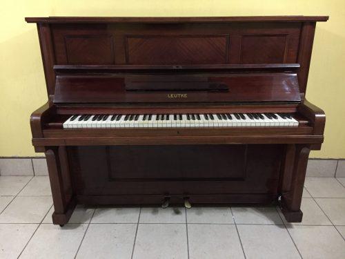 Este es uno de los mejores instrumentos de la fabricación Alemana de pianos verticales, hecho alrededor de 1920. Una máquina de gran precisión para la exigencia de un estudiante o profesional. Tiene 85 notas y 2 pedales. Y es de 1.10m de alto. Las teclas son de marfil original, tienen un poco de decoloración (empezando a ponerse amarillas) y unas pequeñas lastimaduras en 5 de ellas. El color es un palo rosa muy elegante y el estilo es de un piano clásico vertical. Y tiene unos logos de leones muy bonitos en el interior. La maquinaria está intacta, todo funcionando al 100 y es suave para tocarlo, con buena respuesta y todas sus piezas limpias y lubricadas. El sonido es dulce y un tono grueso. Los bajos suenan profundo y las cuerdas no tienen nada de óxido en el entorchado y tampoco los pines. Está afinado a A440hz y se ofrece una afinación adicional al momento de la entrega.