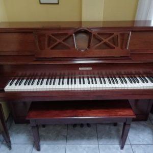 """Este piano Fletcher & Sons de 39' de algo es estilo consola. Tiene un riel principal de acción completo de 2"""", el más grande en la industria del piano, y tiene una acción de estudio de tamaño completo para una rápida repetición de golpe de los martillos, lo cual lo hace suave y rápido al tocar. Las teclas son de plástico pero están nítidas, sin señal de uso o lastimaduras. Es color caoba oscuro y tiene un acabado brillante glossy. Tiene un con un tono cálido y melancólico y ya lo hemos afinado a A440hz estándar internacional de orquesta. Sin embargo, ofrecemos una afinación adicional al momento de entregarlo. Precio de remate por introducción de nuevo inventario de Pianos Europeos. Aprovecha y llévate este lindo consola Fletcher & Sons o pregúntanos por los pianos de nuevo ingreso provenientes de Inglaterra!"""
