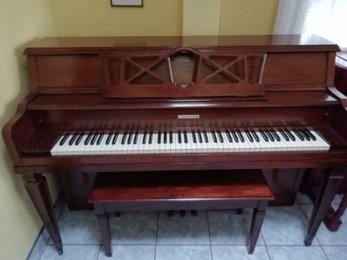 Este piano Fletcher & Sons de 39' de algo es estilo consola. Tiene un riel principal de acción completo de 2