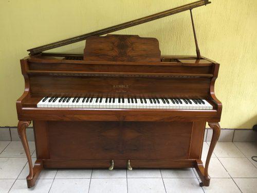 Kemble, un fabricante de pianos que es conocido por su diseño compacto de pianos. Aunque este modelo CAMEO es un piano más pequeño, ofrece la capacidad de respuesta característica con un tono claro. Este piano Kemble modelo
