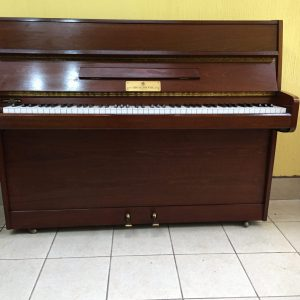 John Broadwood & Sons es una de las compañías de piano más antiguas y destacadas del mundo. Entre algunas de las personalidades musicales más famosas que tocaron los pianos fabricados por Broadwood se incluyen Mozart, Haydn, Chopin, Beethoven y Liszt. Directo desde Inglaterra nos ha llegado este hermoso piano vertical John Broadwood & Sons. Esta realmente COMO NUEVO. Su orden de fabricación data del 27 de Marzo de 1980, pero el piano está en prístinas condiciones, tanto en su interior como su exterior, es como si lo hubieran mandado a hacer hace un mes. Es color caoba con un acabado satinado semi brillante. La pintura está intacta, sin raspones, sin reparaciones y completamente limpia tanto por dentro como por fuera. Sus teclas son de plástico y están intactas, sin lastimaduras ni rayones y todas del mismo tono completamente blanco. En el interior este piano vertical John Broadwood & Sons está completamente limpio. Su maquinaria está nueva y no presenta mayor uso, lo cual la hace suave y con una excelente respuesta. Las cuerdas están prácticamente nuevas con su color bronce y sin nada de óxido, lo cual las hace brillantes y con un sonido vivo. Los pines están con su esmalte azul sin ninguna señal de óxido. Aún los pedales están nuevos. La sonoridad del piano es mediana-alta ya que es un poco más alto que un studio y debido a que sus cuerdas están como nuevas. Es ideal para una sala amplia y para estudiantes en todos los niveles. Las dimensiones de este piano son: Altura 108cm, Ancho 142cm.