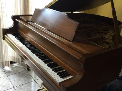 Tenemos ahora disponible este precioso piano de media cola de la prestigiosa marca Kimball.