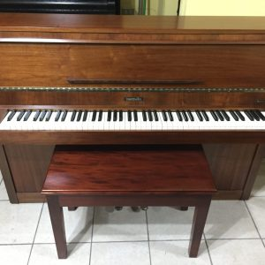 Este piano vertical Baldwin Monarch fabricado cerca de 1980 (Serial # 1181317) fue traído directamente desde Inglaterra y está en excelentes condiciones, cuenta con un acabado en un mueble de nogal pulido francés y sería una pieza central fantástica o una adición a cualquier propiedad de estilo moderno o tradicional. Este piano mide 3 pies y 4 pulgadas de alto y 4 pies y 11 pulgadas de ancho, lo que lo convierte en un instrumento de tamaño mediano con un teclado completo de 88 notas. La acción tiene un toque medio y se siente muy bien en toda la escala