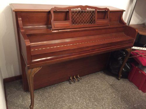 Este piano es ideal para estudiantes (como piano de estudio) y tiene una linda presentación café claro con un acabado brillante y un estilo clásico de la época.