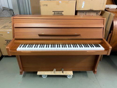 Ahora en Guatemala tenemos la oportunidad de ofrecerles este lindo piano vertical marca Challen fabricado en 1983, lo cual lo convierte en el piano más nuevo que hemos importando desde Inglaterra recientemente. Con una pintura color nogal (o cafe claro) que está intacta, teclas en perfecto estado, maquinaria que funciona sin ningún problema y que es suave al tocarlo haciéndolo ideal tanto para un principiante como para un pianista avanzado. Perfecto para un espacio pequeño por su tamaño (110cm de alto, 145cm de ancho y 57cm de profundidad) y afinado a A440hz con un sonido dulce y suave que invita a seguirlo tocando.