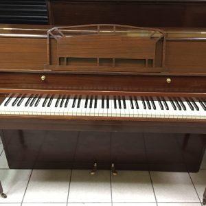 Tenemos ahora disponible este piano vertical marca Danemann, fabricado cerca de 1957 por la fabrica original Danemann de Inglaterra.