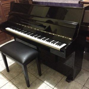 piano vertical negro Bechner, fabricado en 1994 estudio de tamaño mediano de un acabado glossy brillante, con sonido vivo y claro ideal para estudio.