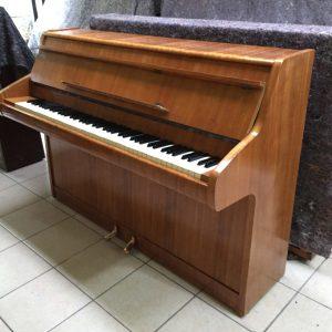 Visítanos para probar este Piano Bentley Caoba Semi Gloss de 1963. Con un color caoba semi brillante este piano inglés está listo para lucir en tu casa.