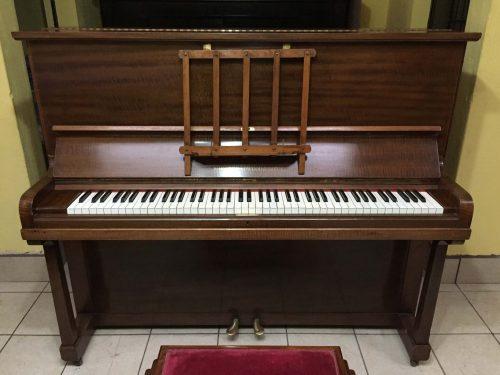 El piano vertical a la venta, J. Broadwood & Sons, tiene un mueble y mecanismo en excelente estado color caoba, está listo para ser llevado a tu casa.