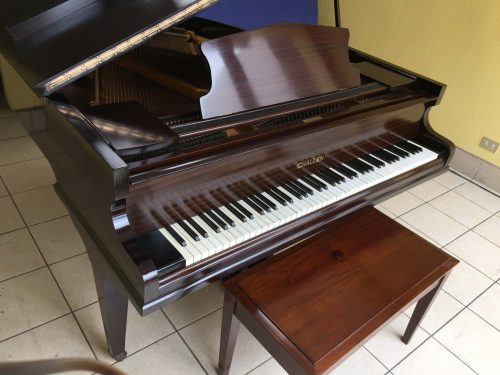 Precioso piano antiguo restaurado Baby Grand fabricado en 1930, en condiciones de fábrica, con un elegante mueble de caoba oscuro.
