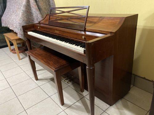 Este piano es tamaño spinet ideal para un lugar más pequeño y para algún estudiante principiante o intermedio. El sonido es bastante desarrollado con bajos claros y brillantes, con un teclado suave y ligero y está afinado al estándar de orquesta A440hz.