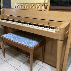 Este piano puede ser alquilado por Q500 mensuales por un mínimo de 12 meses. Llámanos para más detalles y para venir a probarlo.