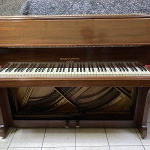 Este piano vertical Monington & Weston cuenta con una doble placa de metal que lo hace mucho más estable al mantener la afinación.