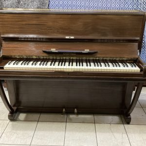 A nuestra sala de ventas ha llegado recientemente este precioso piano vertical fabricado por Chappell en Inglaterra ideal para apartamento.