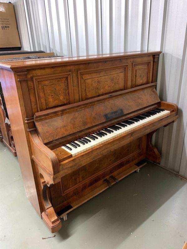 Precioso Piano Alemán Full Vertical Nieber & Co de Nogal y Arreglo Floral