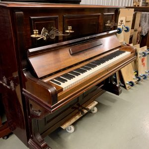 Este elegante piano full vertical de la prestigiosa marca G. Schwechten construído en Berlín Alemania alrededor de 1905 fue importado desde Inglaterra.