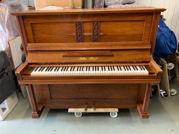 Hasta nuestros días llega este piano fabricado por Julius Pfaffe cerca del año 1910. A pesar de tener 111 años, el piano se encuentra en excelente estado.