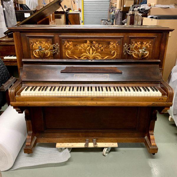 Este elegante piano alemán Görs & Kallmann importado de Inglaterra con su linda artesanía de madera incrustada que forma un exquisito arreglo floral.