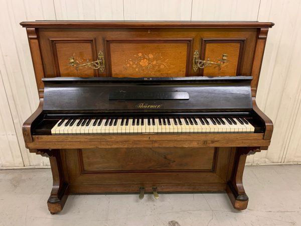 Este antiguo y bello piano alemán fabricado por Ferdinand Thürmer a inicios de siglo es una muestra del excelente diseño, elegante decoración y calidad.