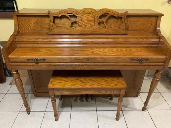 """Ponemos a tu disponibilidad este elegante piano marca Wurlitzer que se encuentra en estado de """"Casi Nuevo"""". Fue fabricado en Estados Unidos cerca de 1985."""